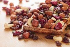 Nahaufnahmemischung unterschiedlich von den Nüssen und von den Trockenfrüchten Lizenzfreie Stockbilder