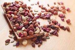Nahaufnahmemischung unterschiedlich von den Nüssen und von den Trockenfrüchten Stockfotos