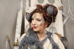 Nahaufnahmemodefrau mit Wolle Stockfoto