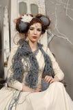Nahaufnahmemodefrau mit Wolle Stockbilder