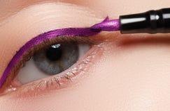 Nahaufnahmemodemake-up Perfekte Gesichtshaut, extreme lange Wimpern und metallischer Pfeil bilden Retro- Make-up Lizenzfreie Stockbilder