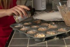 Nahaufnahmen auf den kleinen Kuchen, festlich besprüht lizenzfreie stockbilder