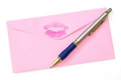Nahaufnahmen des rosafarbenen Umschlags und der Feder Stockbild