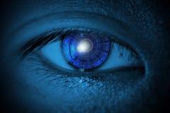 Nahaufnahmen männlichen ` s mustern mit elektronischem blauem Auge und HUD-Cyber stockbilder