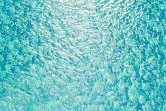 Nahaufnahmeoberflächenwasser in einem blauen Swimmingpool maserte Hintergrund am Nachmittag Stockbilder