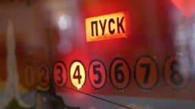 Nahaufnahmeorange Glasplatte des Spielautomaten mit blinkenden Wörtern und Stellen stock video