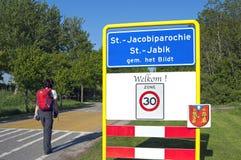 NahaufnahmeOrtsname-Zeichen St.-Jacobiparochie und Pilger Lizenzfreie Stockfotos