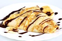 Nahaufnahmepfannkuchen mit Bananen und Schokolade Stockbild
