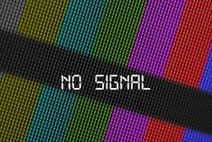 Nahaufnahmepixel von LCD-Fernsehschirm mit Farbleisten und Mitteilung kein Signal ist eine Fernsehtestseite Stockbild
