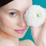 Nahaufnahmeporträt attraktiven kaukasischen Frau Brunette lokalisiert auf blauem Hintergrund Lizenzfreies Stockfoto