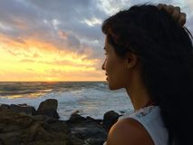 Nahaufnahmeporträt auf dem Sonnenunterganghimmel Stockbilder