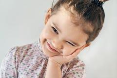 Nahaufnahmeporträt auf einem glücklichen frohen kleinen Mädchen des weißen Hintergrundes stockfotos