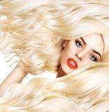 Nahaufnahmeporträt blonder Dame mit buschigem Haarschnitt Stockbilder