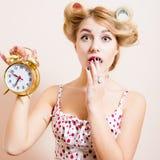 Nahaufnahmeporträt der überraschten jungen schönen Frau der grünen Augen Stockfoto