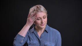 Nahaufnahmeporträt der aufgerüttelten erwachsenen Frau, welche die Kamera ist umgekippt und nervös betrachtet stock video footage