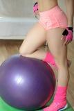 Nahaufnahmeporträt der Beine eines Mädchens auf einem Eignungsball Lizenzfreies Stockfoto