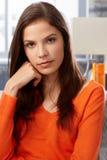 Nahaufnahmeporträt der ernsten jungen Frau Lizenzfreies Stockfoto