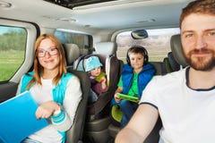 Nahaufnahmeporträt der Familie mit dem Auto reisend lizenzfreies stockfoto