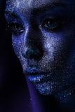 Nahaufnahmeporträt der Frau mit großen Augen in der Farbe Stockbilder