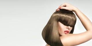 Nahaufnahmeporträt der Frau mit modischer Frisur Stockfotografie