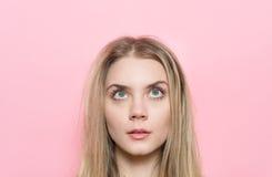 Nahaufnahmeporträt der Frau mit schönen Augen und den Wimpern, die oben schauen Kosmetik und Gesicht skincare Konzept Lizenzfreie Stockbilder
