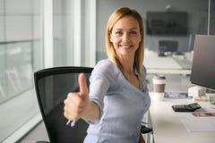 Nahaufnahmeporträt der glücklichen Geschäftsfrau Daumen oben gestikulierend Lizenzfreies Stockbild