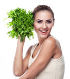 Frau mit Bündelkräutern (Salat). Konzeptvegetariernähren Stockfotografie