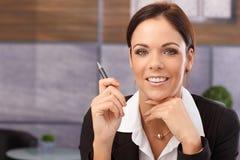 Nahaufnahmeporträt der glücklichen jungen Geschäftsfrau Stockfotos