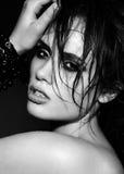 Sinnliches sexy Brunettemodell mit nasser Haut mit dem gelockten Haar Stockfotografie