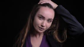 Nahaufnahmeporträt der jungen erstaunlichen kaukasischen Frau mit dem langen Haar, das Kopfschmerzen vor der Kamera erhält stock video