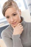 Nahaufnahmeporträt der jungen Frau Stockbilder
