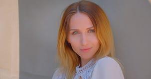 Nahaufnahmeporträt der jungen hübschen kaukasischen Frau mit dem gelben gefärbten Haar lächelnd verlockend, aufwerfend vor stock footage