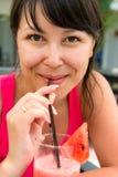 Nahaufnahmeporträt der jungen lächelnden Frau mit lizenzfreies stockbild