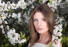 Nahaufnahmeporträt der jungen Schönheit im geblühten Garten Nacktes Make-up Stockfotos