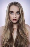 Porträt der natürlichen Schönheitsfrau mit dem langen Haar Stockfotos