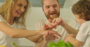 Nahaufnahmeporträt der netten Familie, die Hände auf einander Hand symbolisiert die Einheit setzt stock footage