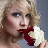 Nahaufnahmeporträt der schönen blonden Frau mit Rot - weißes ROS Stockfotografie