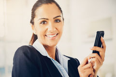 Nahaufnahmeporträt der schönen indischen Geschäftsfrau, die Text sendet Stockfoto