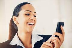 Nahaufnahmeporträt der schönen indischen Geschäftsfrau, die Text sendet Lizenzfreie Stockfotos