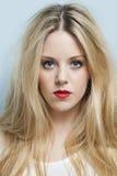 Nahaufnahmeporträt der schönen jungen Frau mit dem blonden Haar und den roten Lippen Stockfotos