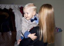 Nahaufnahmeporträt der schönen jungen Mutter mit Sohn lizenzfreie stockbilder