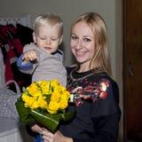 Nahaufnahmeporträt der schönen jungen Mutter mit Sohn stockfotos