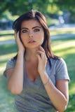 Nahaufnahmeporträt der schönen jungen sexy kaukasischen Frau mit dem roten schwarzen Haar, blaue Augen, in camera schauend, drauß Lizenzfreie Stockfotografie