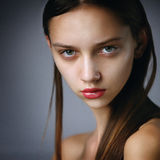 Nahaufnahmeporträt der schönen kaukasischen Jugendlichen Stockbilder