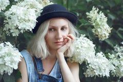 Nahaufnahmeporträt der schönen kaukasischen jugendlichen jungen blonden Mädchenfrau des alternativen Modells im blauen T-Shirt Lizenzfreies Stockfoto