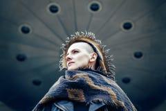 Nahaufnahmeporträt der schönen kaukasischen weißen jungen kahlen Mädchenfrau mit rasiertem Haarkopf im Lederjacke- und Schalschal Lizenzfreies Stockfoto