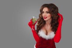 Nahaufnahmeporträt der schönen sexy Frau auf dem grauen Hintergrund mit Glas Champagner und Betrachten der Kamera Lizenzfreie Stockfotos