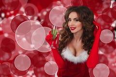 Nahaufnahmeporträt der schönen sexy Frau mit Glas Champagner und Betrachten der Kamera Stockbilder