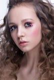 Nahaufnahmeporträt der Schönheit mit hellem Make-up und gewellter Frisur Arbeiten Sie glänzenden Leuchtmarker auf Haut, Glanzlipp Lizenzfreie Stockfotos