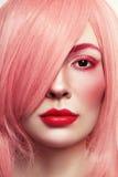 Nahaufnahmeporträt der Schönheit in der rosa Perücke lizenzfreie stockfotografie
